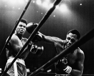 Joe-Frazier punches Ali